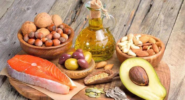 Kalória vs. zsír (Egészség) | A különbség a hasonló objektumok és a kifejezések között.