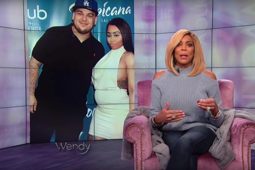 A Kardashian fiú menyasszonya majdnem kiesett kihívó ruhájából
