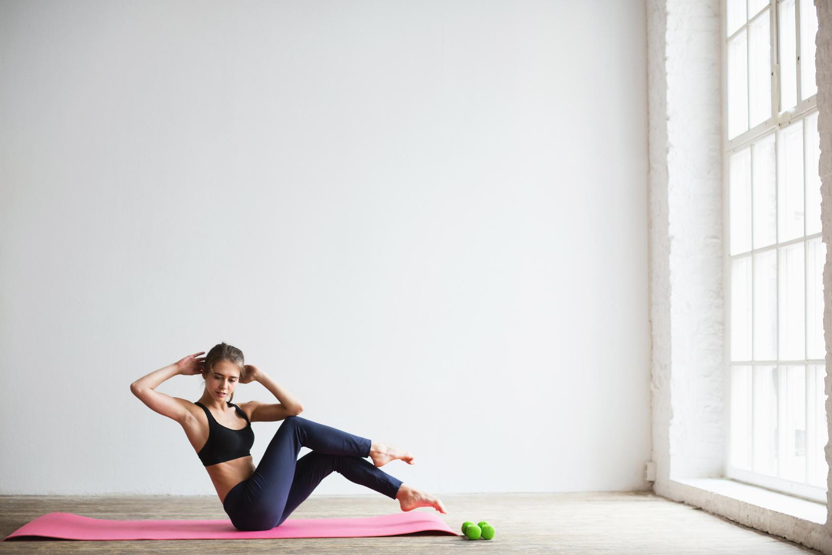 12 nyújtó gyakorlat, amivel otthon is hatékonyan égetheted a zsírt   Kuffer
